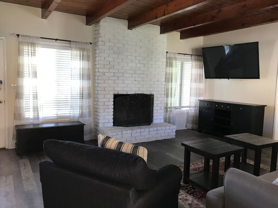 Living room - spacious, large flat-screen TV. Cable and wi-fi.