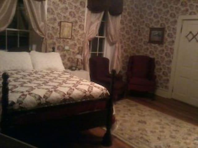 "Lylewood Inn B&B ""Aunt Rena's Room"""