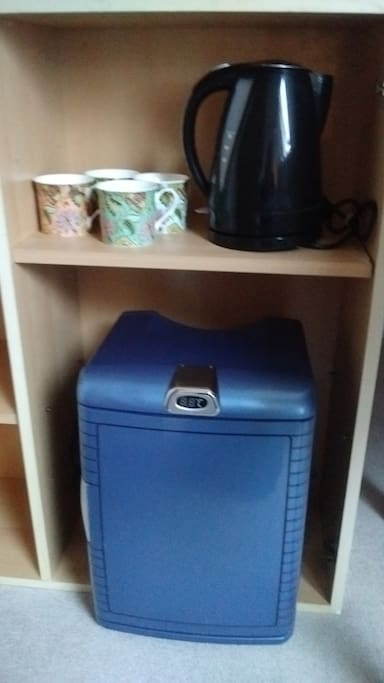 Fridge, toaster, kettle and microwave provided. Kitchen access can also be requested