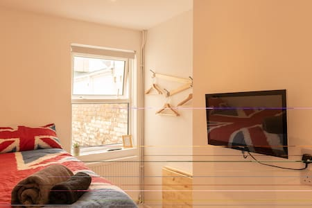 Modern Double Bedroom, close to Train station (4)