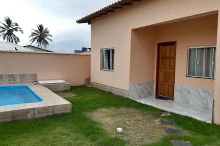 Casa simpática para sua família em Unamar!!