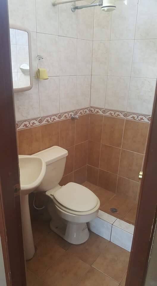 Baño completo privado  . Agua caliente y  fría