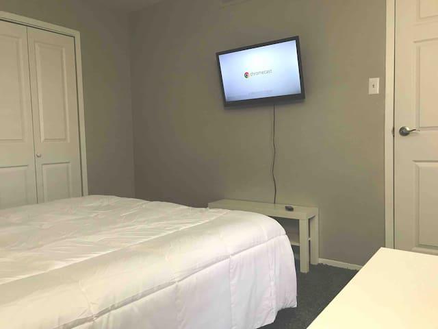 Addison  - Private Room and Bathroom