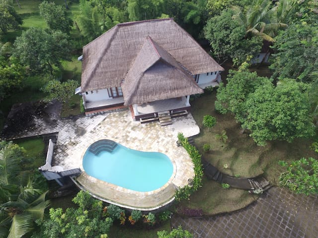 large villa with private pool in Paradise!