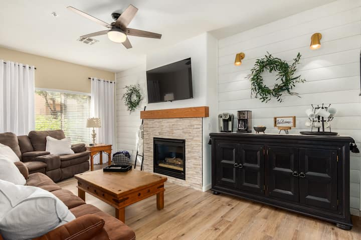 Immaculate Townhouse Fully Furnished Near Loop 101