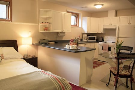 Cozy Sidney suite, walk to beach and shops - Sidney