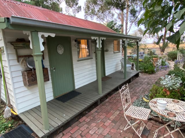 Warilda Farm & Country Stay in Vintage Cottage