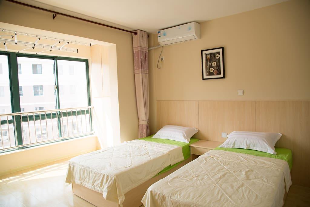 卧室有2张床和衣柜,晾衣架