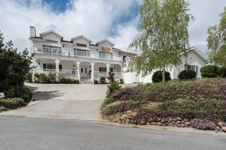Clean Room and Bath, awesome location - Emerald Hills - House