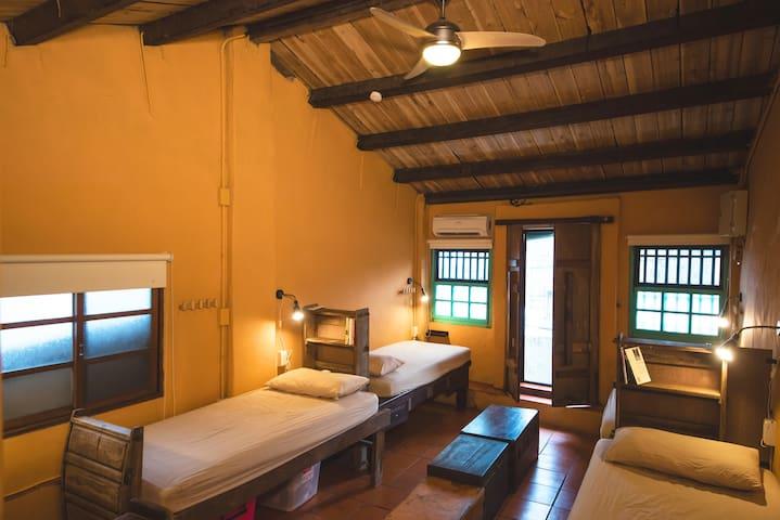 FlipFlopHostel Jiufen#SIngel bed in dormitory