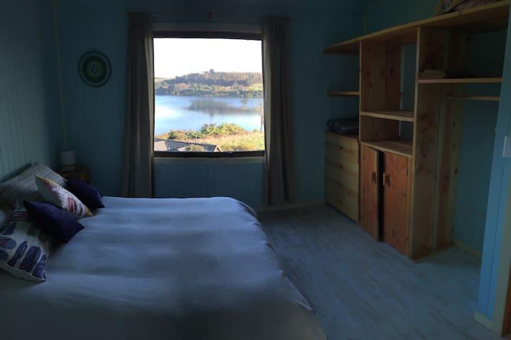 El dormitorio es amplio y todas las camas cuentan con plumones.