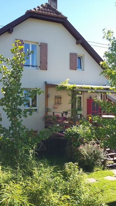 Vue du jardin sur l'arrière avec terrasse