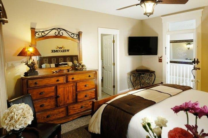 """""""Buck Bungalow"""" Located on Second Floor - King Bed"""
