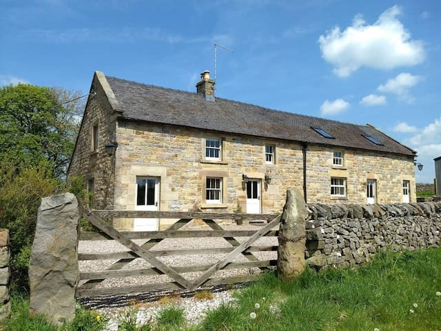 LUXURY 18th CENTURY PEAK DISTRICT COTTAGE FOR 16