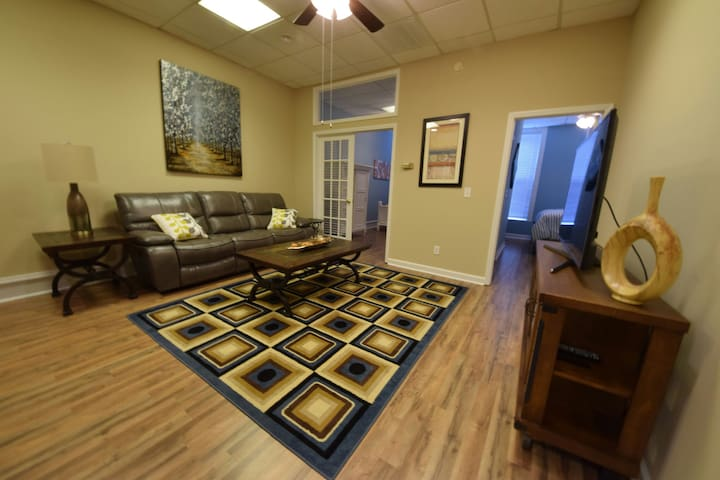 Cool 2 Bedroom Apt - Great Downtown Location