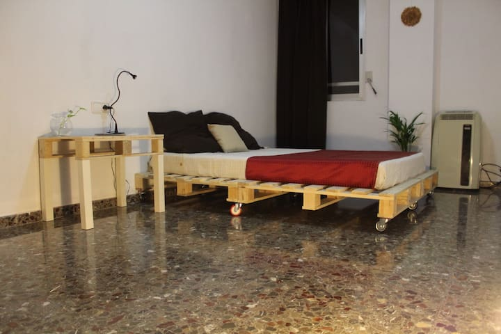 Cheap room at Luxury home 10 min from the airport!