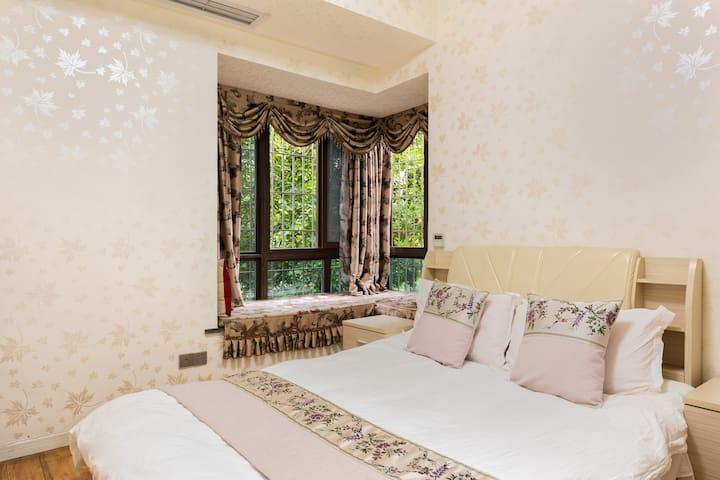 1.5*2米大床,真皮软包靠被,席梦思床垫,一客一换的纯白色床上用品,羽丝绒棉絮,干净柔软!