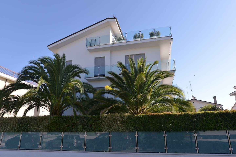 Outside of the House - Vista esterna della Casa