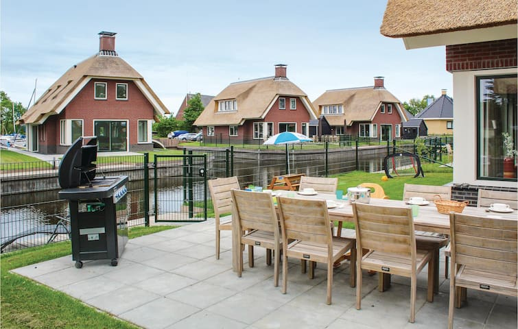 Holiday cottage with 5 bedrooms on 200m² in Idskenhuizen