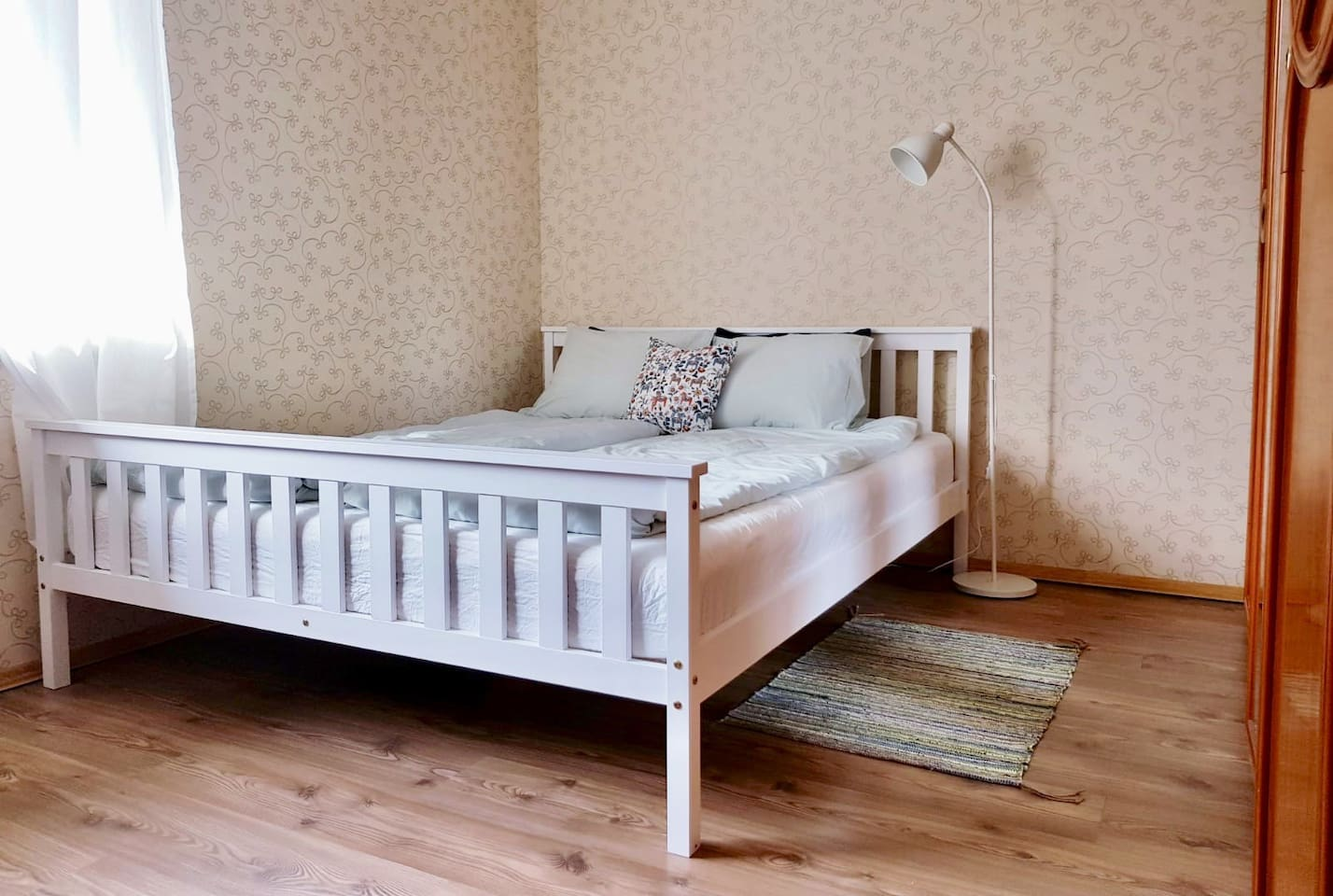 Your room with a brand new queen bed and mattress 160x200.