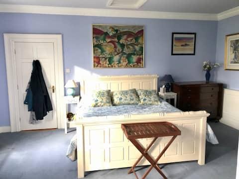 Beautiful Ballygriggan Blue Room with breakfast