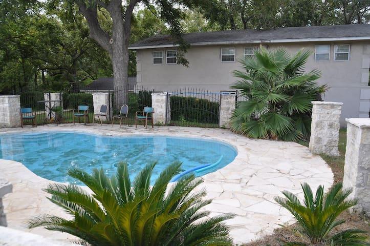 Vintage home - budget, pool, 7 bedrooms, sleeps 26