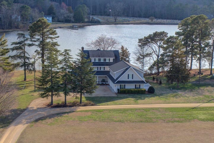 Beautiful waterfront home for large gathering!
