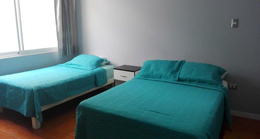 Habitación doble para 3 personas. 1 cama de 2 plazas y 1 cama de 1 1/2 plaza