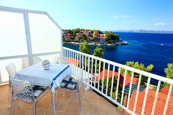★  Spacious sea view apartment in Prigradica ★