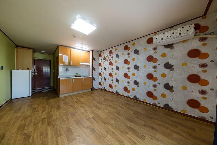 파스텔 그린과 브리운 패턴의 따뜻한 느낌의 온돌형 객실-206호