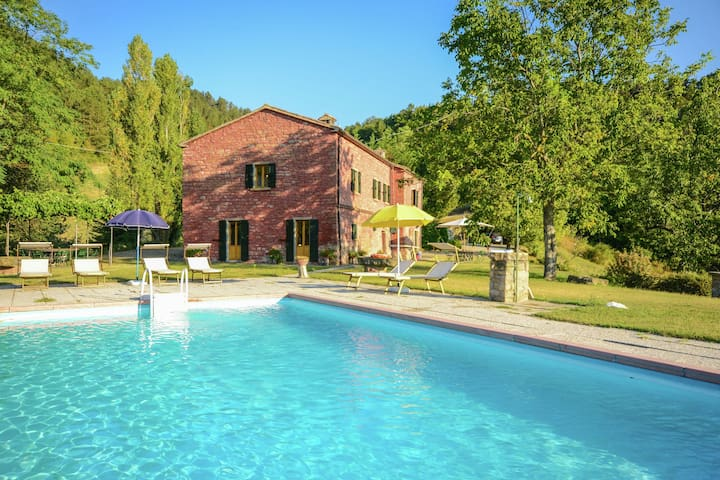 Villa with swimming pool and panoramic view of the Apennines