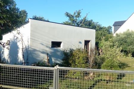 Studio indépendant en rez de jardin avec terrasse.