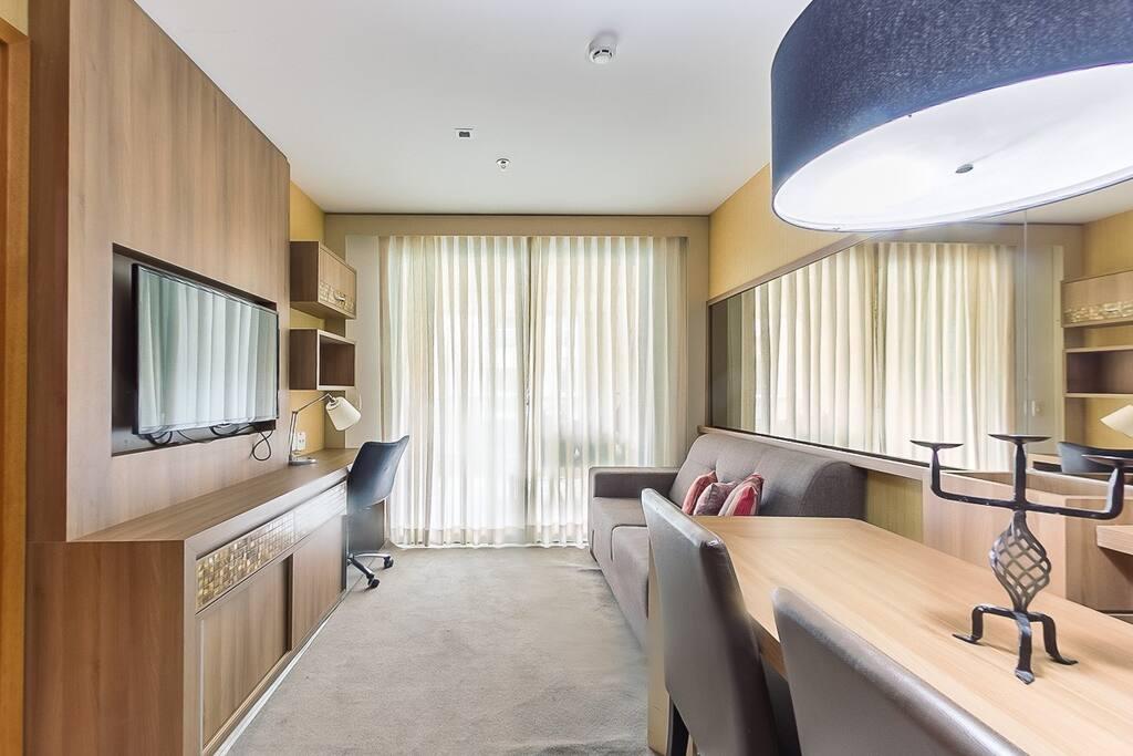 Sala de estar com TV e mesa jantar