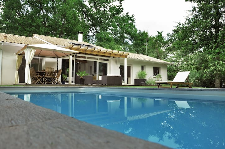 Au calme, Villa familiale avec PISCINE CHAUFFEE