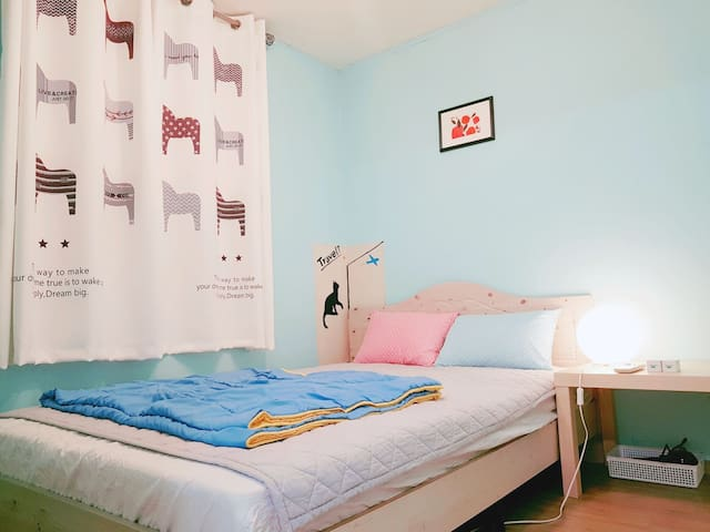 Great Location:  3 min Hongdae Double bed[Female]