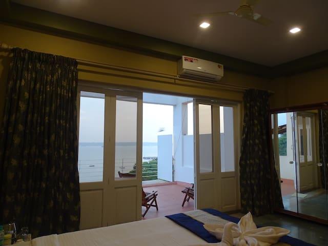 Ocean Heights Home Stay (Room 2) - Dona Paula - Bed & Breakfast