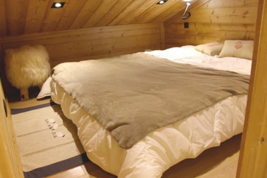 Chambre mansardée avec lit en 160