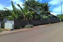 A gauche, le grand portail qui permet d'entrer le véhicule dans le petit jardin...