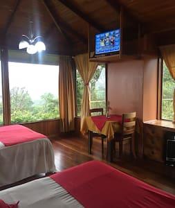 Hermosa Habitación con Vista al Volcán, baño privado, TV Sat , Set de té, parqueo seguro y agua caliente.