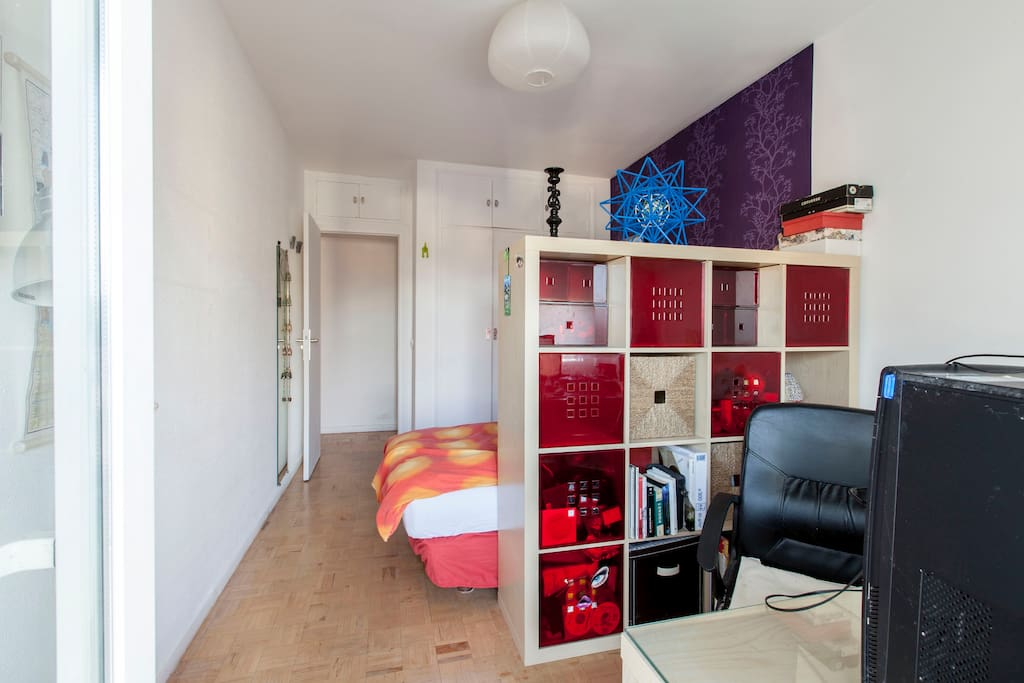 chambre studio grand lit vaste vue appartements louer madrid comunidad de madrid espagne. Black Bedroom Furniture Sets. Home Design Ideas