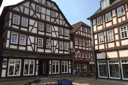 Haus Oberscholthes: Gästezimmer am Marktplatz (Li) - Grünberg - 게스트하우스