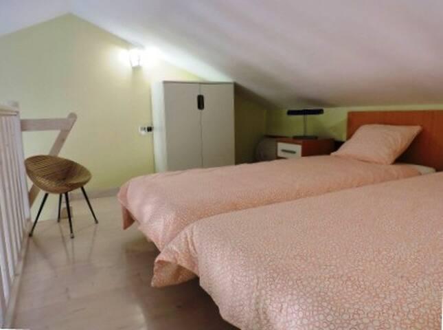 Equipado con 2 roperos de 1 metro de largo, uno en la zona de dormitorio y otro en la planta baja. El alquiler incluye la ropa de cama y 2 juegos de toallas completos.