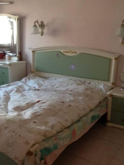 大床房,16平方米,有空调,有大衣柜,有大窗户,通风采光极佳。