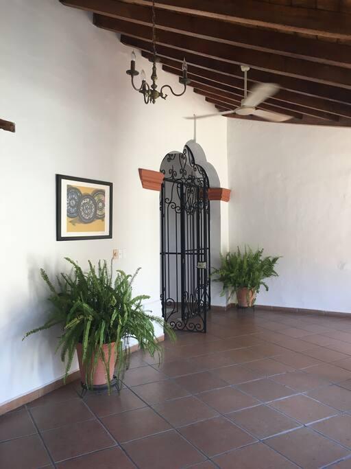Acceso a la casa amplio, conveniente para cualquier necesidad de acceso