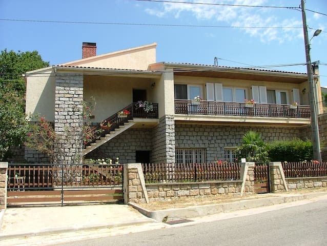 T1 en rez de chaussez de villa - evisa - Apartament