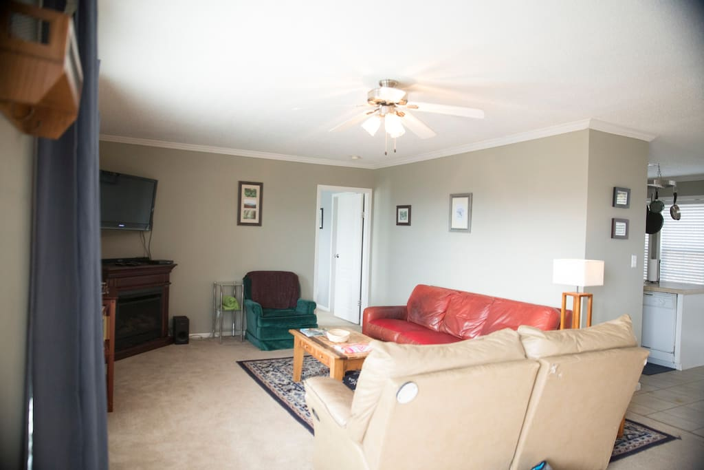 The living room as you enter is open and spacious. Complete with leather furniture, you can take in the mountains from the comfort of home.