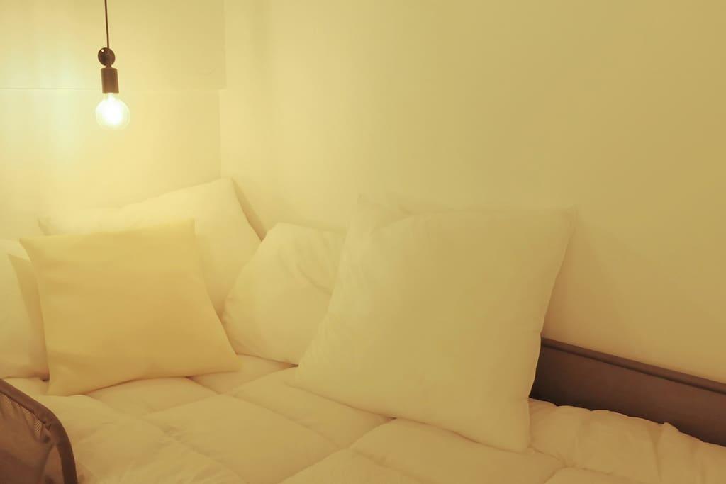 在床有一盏小灯泡,小心别撞到头了。