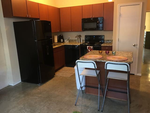 Adobe Bungalow Close to Downtown & Airport 205 - San Antonio - Wohnung