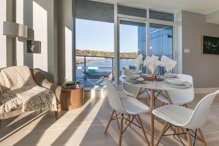Gorgeous Waterfront Suite, Cozy & Cosmopolitan