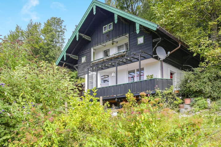 "Cosy Holiday Home ""Mei Ruah"" with Mountain View, Terrace, Garden & Balcony; Wi-Fi & Parking Available"